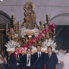 Fotografía antigua: SEMANA SANTA SEVILLA, ANTIGUA FOTOGRAFIA PASO DE SANTA LUCIA Y CAPATACES,SANTA CATALINA,15X20 CMS. Lote 156215774