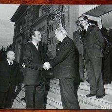 Fotografía antigua: FOTOGRAFIA DEL REY DON JUAN CARLOS I EN ACTO EN LOS AÑOS 1976-77 APROX, MIDE 17,7 X 12,7 CMS.. Lote 156680114