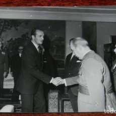 Fotografía antigua: FOTOGRAFIA DEL REY DON JUAN CARLOS I EN ACTO EN LOS AÑOS 1976-77 APROX, MIDE 17,7 X 12,7 CMS. . Lote 156680426