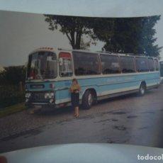 Fotografía antigua: FOTO DE UN AUTOBUS O AUTOCAR CREO QUE DE SUECIA . MATRICULA EXTRANJERA. Lote 156685142