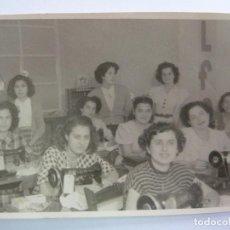 Fotografía antigua: FOTOGRAFÍA ANTIGUA ORIGINAL. COSTURERAS. REPORTAJES MALLORCA. LAS PALMAS (12 X 8 ,5 CM). Lote 156984950