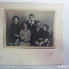 Fotografía antigua: FOTOGRAFÍA ANTIGUA ORIGINAL. FAMILIA. SELLO HERNÁNDEZ. TRIANA. LAS PALMAS. (26 X 23,5 CM). Lote 156988234
