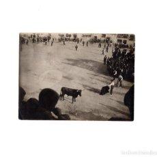 Fotografía antigua: VALLADOLID.- PLAZA DEL COSO (PEÑAFIEL). CAPEA, CORRIDA DE TOROS. 11,5 X 8,5 CM. Lote 156989466