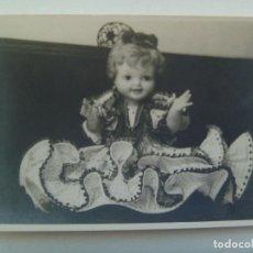 Fotografía antigua: GRACIOSA FOTO DE MUÑECA PEPONA VESTIDA DE FLAMENCA . Lote 157065338