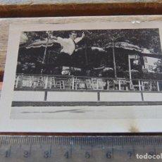 Fotografía antigua: FOTOGRAFIA CAMPEONES DE PATINADORES SOBRE RUEDAS DEDICADA Y FIRMADA KARL PETER. Lote 158255018