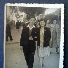 Fotografía antigua: CTC - AÑOS 50 - SONRIENTE PAREJA - FOTOGRAFIA VINTAGE. Lote 158762282
