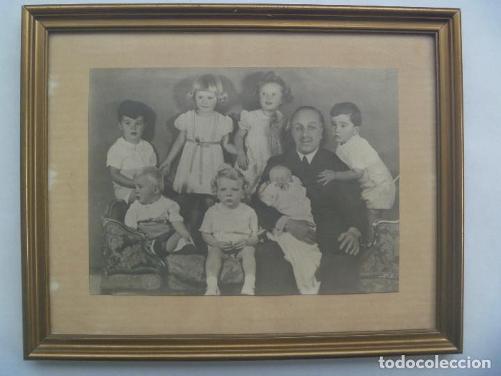 FOTO ORIGINAL DEL REY ALFONSO XIII CON SUS NIETOS , ENMARCADA ........... 16 X 21 CM (Fotografía Antigua - Fotomecánica)