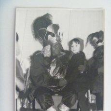 Fotografía antigua: FOTO DE NIÑO Y REY MAGO NEGRO, ETC . 1965- DE ESTELA, SEVILLA ........... 11,5 X 17,5 CM. Lote 159439646