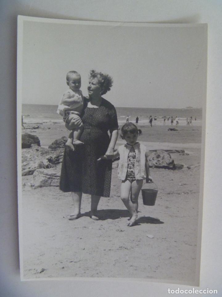 Foto La Mujer Bañador PlayaFuentebraviaFuenterrabia1962 Con En De Niños 7yYf6gb