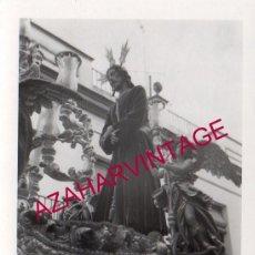 Fotografía antigua: SEMANA SANTA SEVILLA, 1971, NTRO.PADRE JESUS CAUTIVO, SANTA GENOVEVA, 75X110MM. Lote 159673610