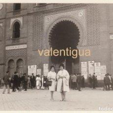 Fotografía antigua: BONITA FOTO. PLAZA TOROS LAS VENTAS MADRID CARTELES DOMINGUIN PEDRÉS CURRO MONTES BOXEO 60S. Lote 160069490