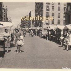 Fotografía antigua: FANTÁSTICA FOTOGRAFÍA. PUESTOS ENTELADOS DEL RASTRO DE MADRID EN LOS AÑOS 60. MOTOCARRO MOTO. . Lote 160073730