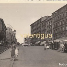 Fotografía antigua: FANTÁSTICA FOTOGRAFÍA. PUESTOS ENTELADOS DEL RASTRO DE MADRID AÑOS 60. PLAZA CASCORRO . Lote 160074314