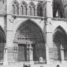 Fotografía antigua: BONITA FOTOGRAFÍA. PRECIOSA PORTADA DE LA CATEDRAL DE LEÓN. AÑOS 60. Lote 160267542