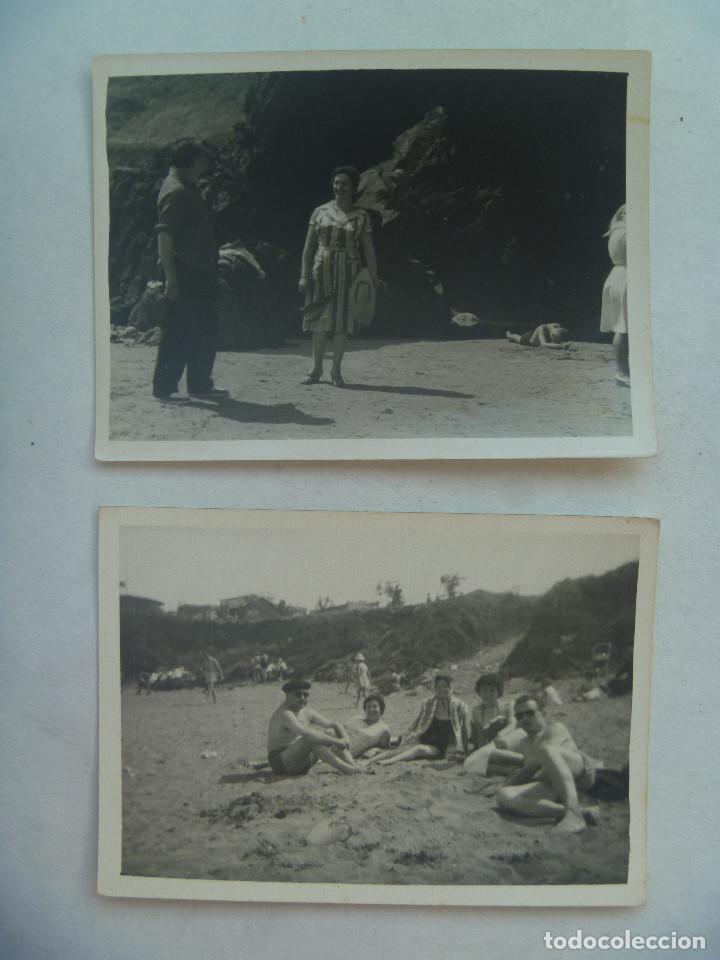 LOTE DE 2 FOTOS DE GENTE EN LA PLAYA DE PERLORA ( ASTURIAS ), 1960 (Fotografía Antigua - Fotomecánica)