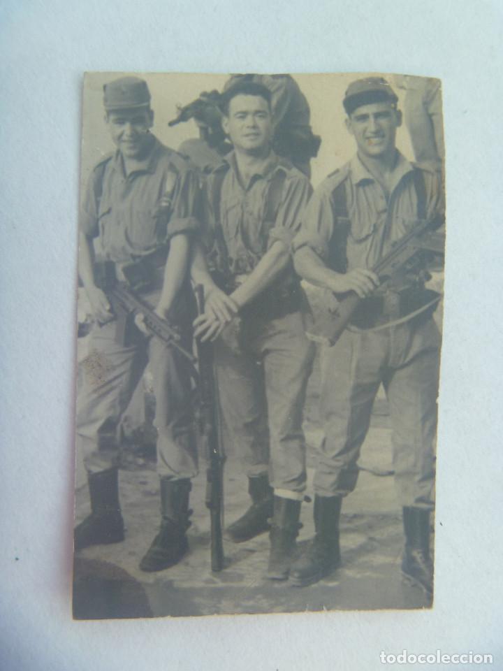 FOTO DE LA MILI : SOLDADOS CON ROPA DE FAENA Y ARMADOS CON CETME . AÑOS 60 (Fotografía Antigua - Fotomecánica)