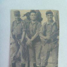 Fotografía antigua: FOTO DE LA MILI : SOLDADOS CON ROPA DE FAENA Y ARMADOS CON CETME . AÑOS 60. Lote 160342554
