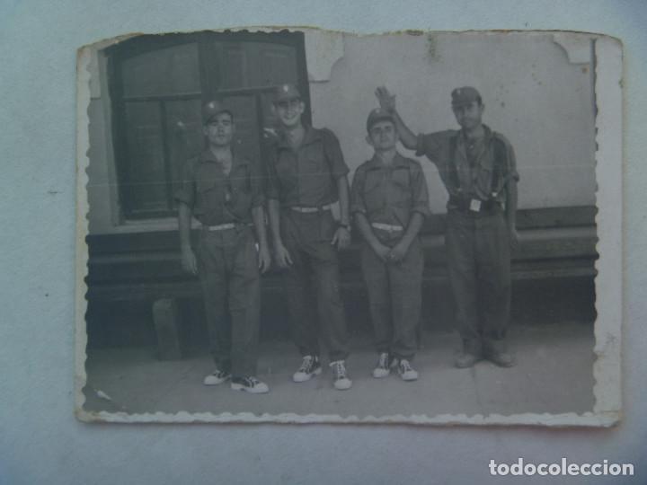 FOTO DE LA MILI : SOLDADOS CON ROPA DE FAENA Y BAMBAS . AÑOS 60 (Fotografía Antigua - Fotomecánica)