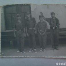 Fotografía antigua: FOTO DE LA MILI : SOLDADOS CON ROPA DE FAENA Y BAMBAS . AÑOS 60. Lote 160381326