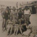 Fotografía antigua: ANTIGUA FOTOGRAFIA.FAMILIA EN LA PLAYA.CHIPIONA 1948. Lote 160418670
