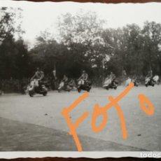 Fotografía antigua: ANTIGUA FOTOGRAFÍA. CARRERA DE VESPAS. MOTO VESPA. MADRID. FOTO AÑO 1959. Lote 160500566