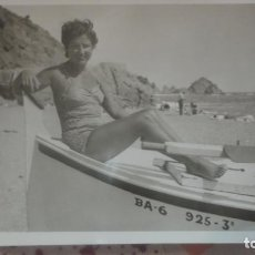 Fotografía antigua: ANTIGUA FOTOGRAFIA CHICA EN BAÑADOR EN BARCA 1952. Lote 161023306