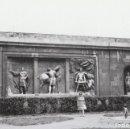 Fotografía antigua: BONITA FOTOGRAFÍA. FRISO ESCULTURAS DEL MONASTERIO SAN PELAYO, OVIEDO. AÑOS 60.. Lote 161319466