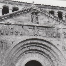 Fotografía antigua: BONITA FOTOGRAFÍA. PUERTA DE LA COLEGIATA DE SANTILLANA DEL MAR, CANTABRIA. AÑOS 60.. Lote 161326170