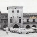 Fotografía antigua: PRECIOSA FOTOGRAFÍA. PLAZA MAYOR SANTILLANA DEL MAR, CANTABRIA. AÑOS 60. SEAT 850 600 SIMCA 1000. Lote 161333886