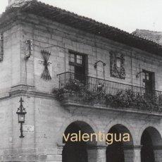 Fotografía antigua: CURIOSA FOTO. AYUNTAMIENTO SANTILLANA DEL MAR CON EL YUGO Y LAS FLECHAS, CANTABRIA SEAT 850 600 60S. Lote 161335738