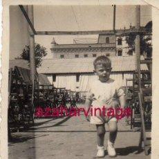 Fotografía antigua: SEVILLA, 1949, NIÑO EN CASETA DE FERIA DEL PRADO DE SAN SEBASTIAN, 60X85MM. Lote 161351522