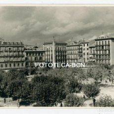 Fotografía antigua: FOTO ORIGINAL PAMPLONA PLAZA DEL CASTILLO AÑOS 50. Lote 161386122