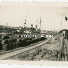 Fotografía antigua: FOTO ORIGINAL SEVILLA PUERTO RIO GUADALQUIVIR BARCO VAPOR AÑOS 40. Lote 161386838