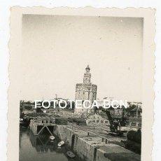 Fotografía antigua: FOTO ORIGINAL SEVILLA TORRE DEL ORO RIO GUADALQUIVIR BARCAS GRUA LOCOMOTORA VAPOR TREN AÑOS 40. Lote 161387054