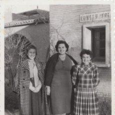 Fotografía antigua: BONITA FOTOGRAFÍA. GRUPO DE AMIGAS ANTE UN CARTEL DE CONSERJERÍA, ZARAGOZA. ESTACIÓN? 1957.. Lote 161982822