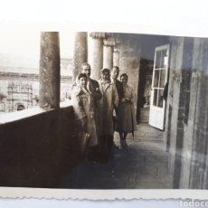 Fotografía antigua: SANTIAGO DE COMPOSTELA. TURISTAS DEL GUADALUPE. 1958. Lote 163024700