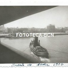 Fotografía antigua: FOTO ORIGINAL PUERTO DE CADIZ BARCO ATRACANDO REMOLCADOR AÑO 1952. Lote 163541850