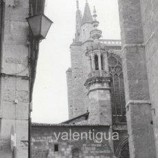 Fotografía antigua: BONITA FOTO. PUERTA DEL MUSEO Y CLAUSTRO DE LA CATEDRAL DE LEÓN. AÑOS 60. CITROËN 2 CV SEAT 850 600. Lote 163747450