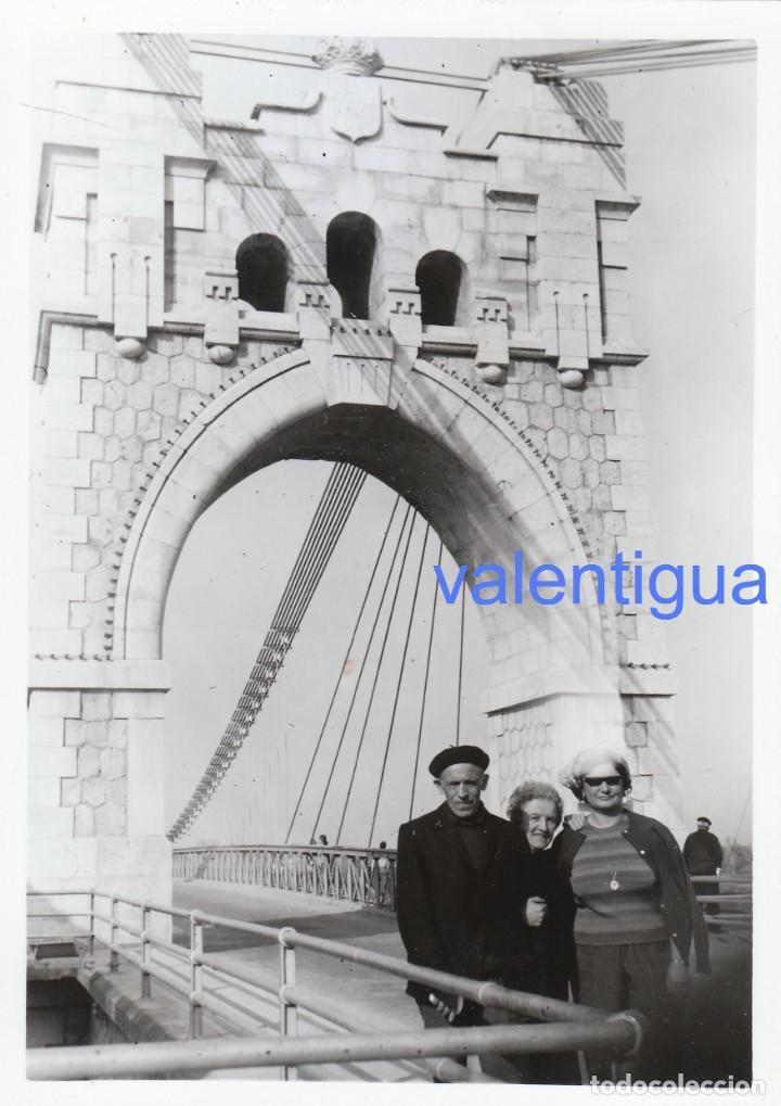 PRECIOSA FOTOGRAFÍA. PUENTE COLGANTE SOBRE EL RIO EBRO, AMPOSTA, TARRAGONA. AÑOS 50-60. (Fotografía Antigua - Fotomecánica)