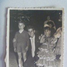Fotografía antigua: MINUTERO DE FOTOGRAFO DE FERIA : FAMILIA, NIÑA VESTIDA DE FLAMENCA . Lote 164717386