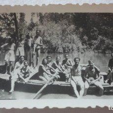 Fotografía antigua: ANTIGUA FOTOGRAFIA.GRUPO DE PERSONAS EN BARCA.MARGEN DEL GUADALQUIVIR? AÑOS 40. Lote 165029802