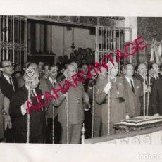 Fotografía antigua: SEMANA SANTA SEVILLA, AÑOS 60, MILITARES EN LA HERMANDAD DE SAN BENITO, 24X18CMS. Lote 165163558