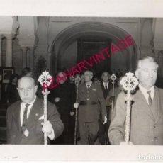 Fotografía antigua: SEMANA SANTA SEVILLA, AÑOS 60, MILITARES EN LA HERMANDAD DE SAN BENITO, 24X18CMS. Lote 165163630