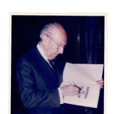 Fotografía antigua: ENRIQUE TIERNO GALVÁN. ALCALDE DE MADRID ENTRE 1979 Y 1986. MEDIDAS 25,5 X 20 CM. Lote 165263006