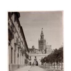 Fotografía antigua: FOTOGRAFÍA SEVILLA.- PATIO DE BANDERAS Y LA GIRALDA. 12 X 17,5. Lote 165268118