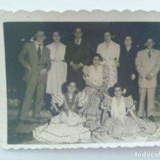 Fotografía antigua: MINUTERO DE FOTOGRAFO DE FERIA : SEÑORITAS VESTIDAS DE FLAMENCA CON AMIGOS . AÑOS 40. Lote 165537366