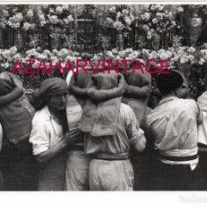 Fotografía antigua: SEMANA SANTA SEVILLA, AÑOS 20,COSTALEROS DE SAN ESTEBAN, 178X128MM, LEER. Lote 165618310