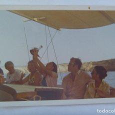 Fotografía antigua: FOTO DE GENTE EN LA CUBIERTA DE UN BARCO , MUJER BEBIENDO VINO DEL PORRON. Lote 165701666