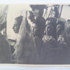 Fotografía antigua: FOTO DE SEÑORITAS EN LOS TOROS, CON ABANICO, PEINETA Y MANTILLAS, MADROÑERA, ETC . AÑOS 40. Lote 165813842