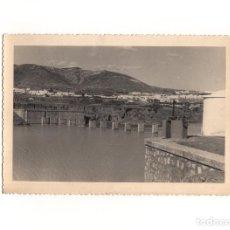 Fotografía antigua: PRESA DE AFOROS Y DERIVACIÓN Y COMPUERTA DE LA GALERÍA DE CAPTACIÓN - 17,5 X 11,5 CM. Lote 166327222